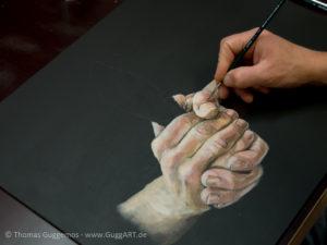 Hände malen mit Acryl - Farben weiter abstufen