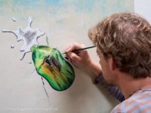 Schimmernder Käfer mit Acryl malen - Farbbereiche werden weiter abgestuft